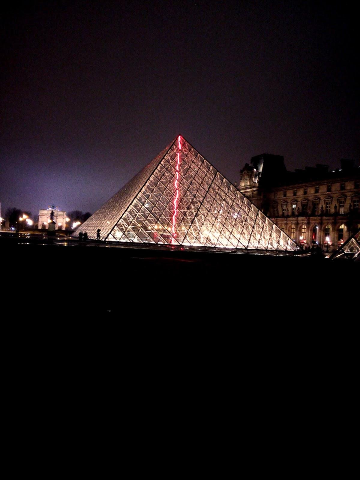 Louvre bei Nacht