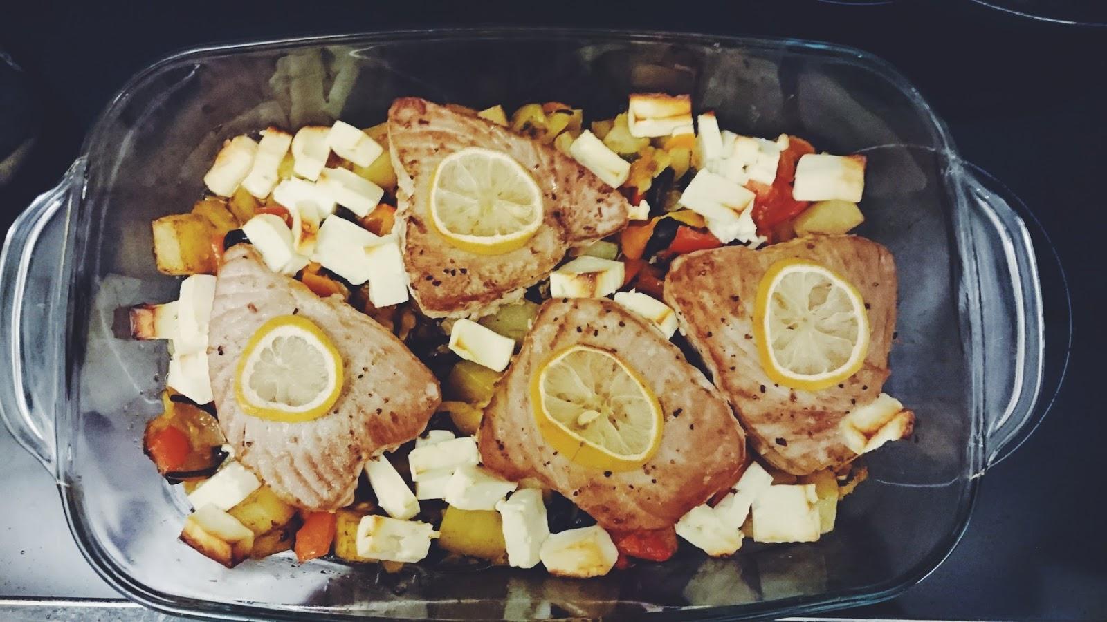 Ofengemüse mit Feta und Thunfisch-Steak